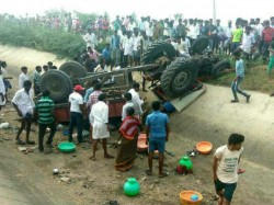 Dead Several Injured After Tractor Plunges Into A Canal Jawalagera Raichur