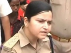 Woman Police Officer In Up Takes On Angry Bjp Workers