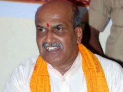 Shivamogga Threatened To Muslim Artist For Uploading A Photo With Pramod Muthalik