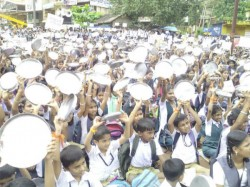 Students Hold Mass Protest For Stopping Funds For Dr Kalladka S Schools