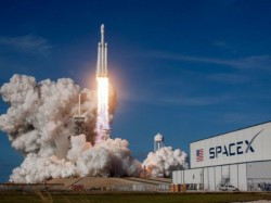 Florida Elon Musks Spacex Launches Worlds Most Powerful Falcon Heavy Rocket