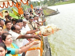 Kumaraswamy Offers Bagina To Harangi Reservoir