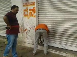 ಮೈಸೂರು: ಮುಂಚಿತವಾಗಿ ತೆರೆವ ಬಾರ್ ಮೇಲೆ ಅಧಿಕಾರಿಗಳ ದಾಳಿ