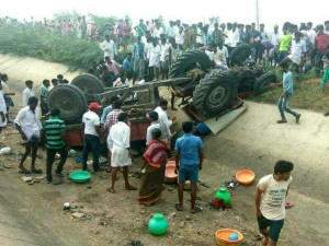 2 Dead Several Injured After Tractor Plunges Into A Canal Jawalagera Raichur
