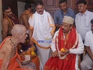 Urban Development Minister R Roshan Baig Visits Pejawar Shree In Udupi